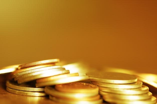 Rząd monety na drewnianym tle