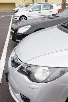 Rząd nowoczesnych samochodów na parkingu