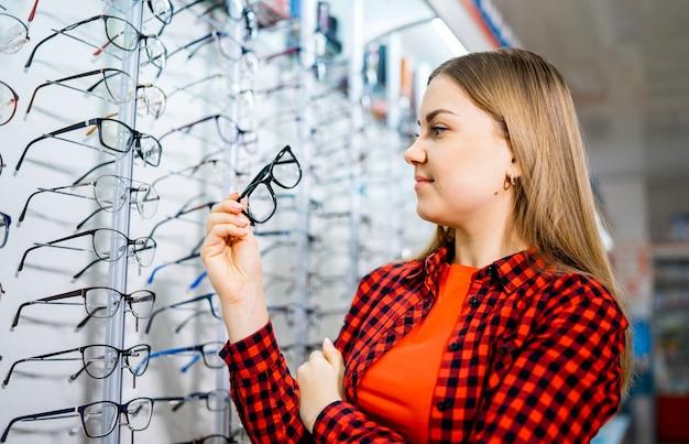 Rząd okularów u optyka