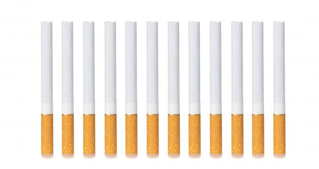 Rząd papierosów na białym tle