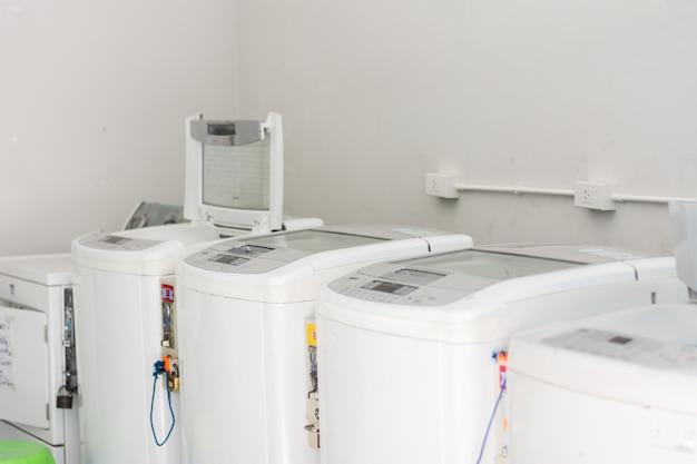 Rząd pralek w publicznej pralce