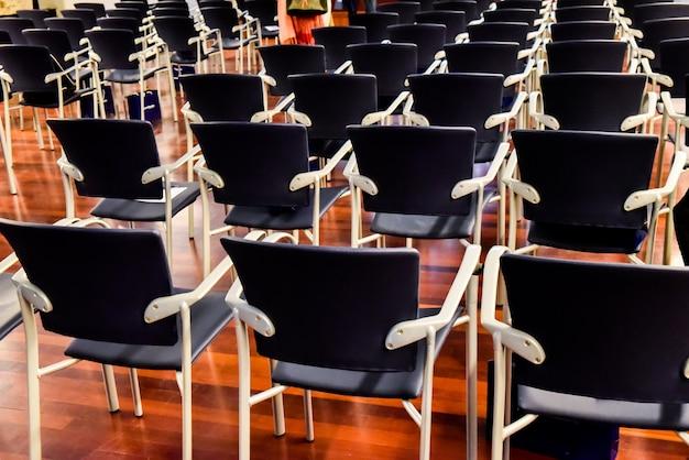 Rząd pustych krzeseł w klasie uniwersyteckiej.