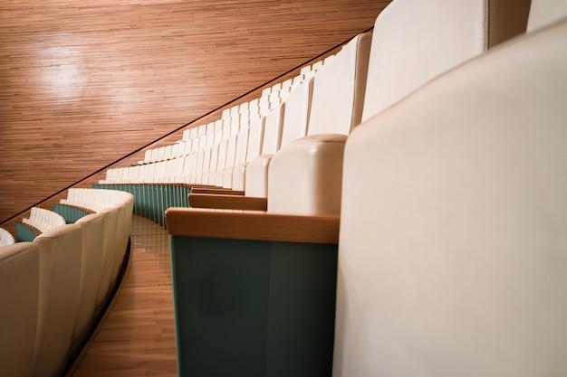 Rząd pustych miejsc w teatrze.