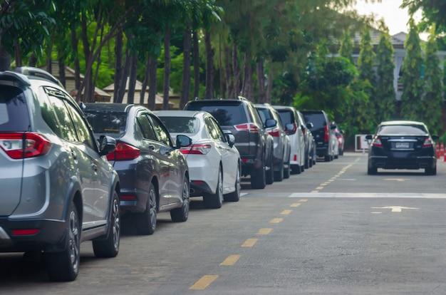 Rząd samochodów zaparkowanych na poboczu drogi
