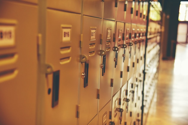 Rząd stalowych szafek