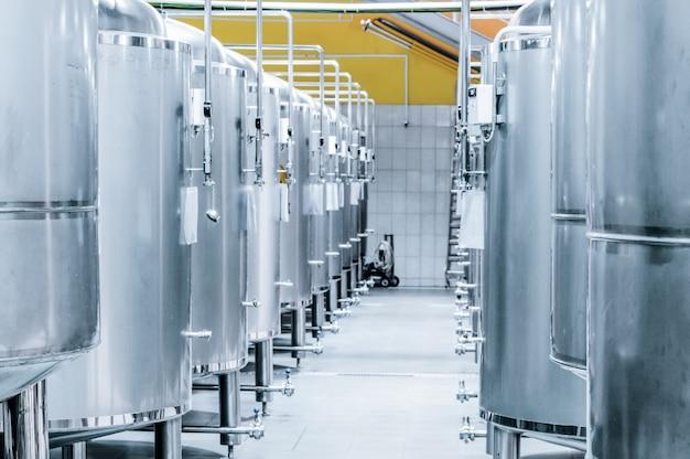 Rząd stalowych zbiorników do przechowywania i fermentacji piwa. tonowanie obrazu.