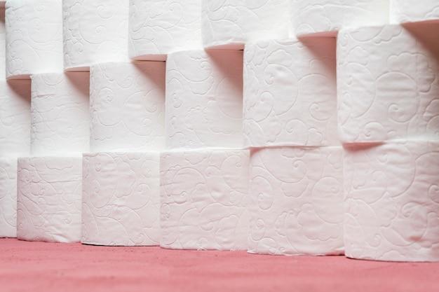 Rząd starannie ułożonych rolek papieru toaletowego