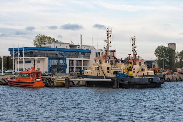 Rząd statku wzdłuż linii brzegowej portu