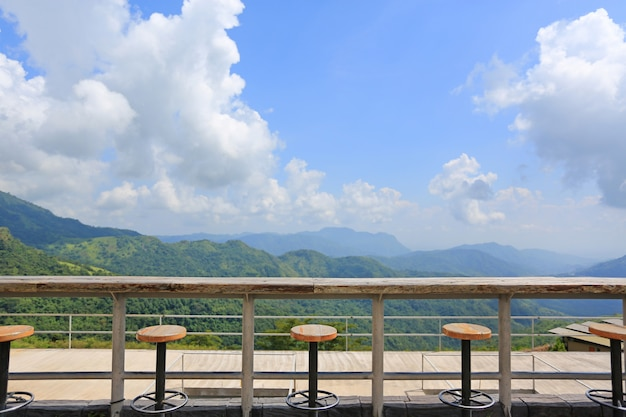 Rząd stolec przy krajobrazowym punktem widzenia taras przy słonecznym dniem z chmurą i niebieskim niebem.