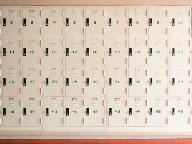 Rząd szafek szkolnych