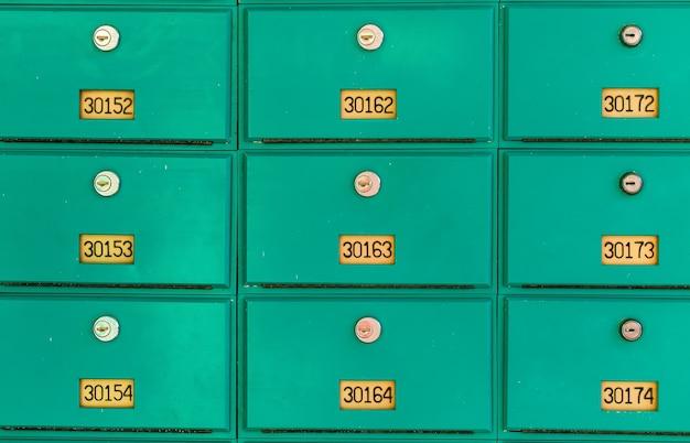 Rząd wielu zielonych skrzynek pocztowych