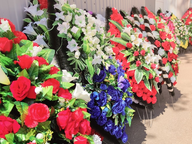 Rząd wieńców do pochówku wieńce pogrzebowe wykonane są z plastikowych kwiatów