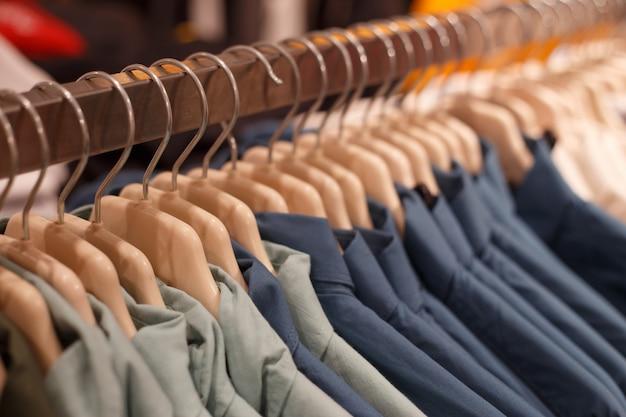 Rząd wieszaki z koszula w sklepie