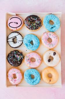 Rząd wyśmienicie donuts w pudełku