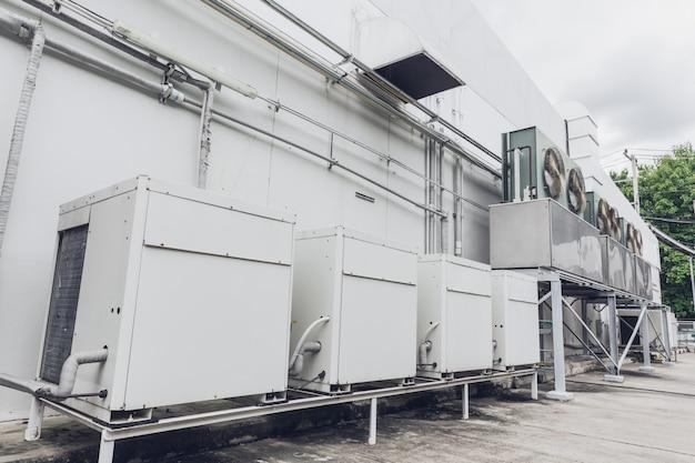 Rząd zewnętrzny zespołu klimakonwektorowego agregatu chłodniczego hvac (fcu) klimatyzacji.