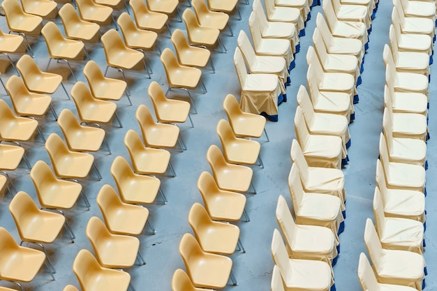Rząd żółtych plastikowych krzeseł, rozkładane krzesła na stadionach scenicznych bez ludzi