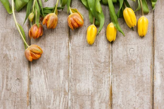Rząd żółtych tulipanów. tło wiosna. bukiet kwiatów na drewnianym tle z lato. ślub, prezent, urodziny, 8 marca, koncepcja kartki z życzeniami na dzień matki