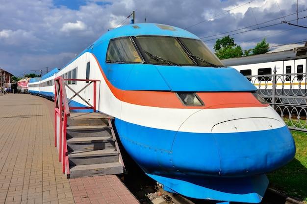 Rzadki pociąg ekspresowy w muzeum na stacji w rydze