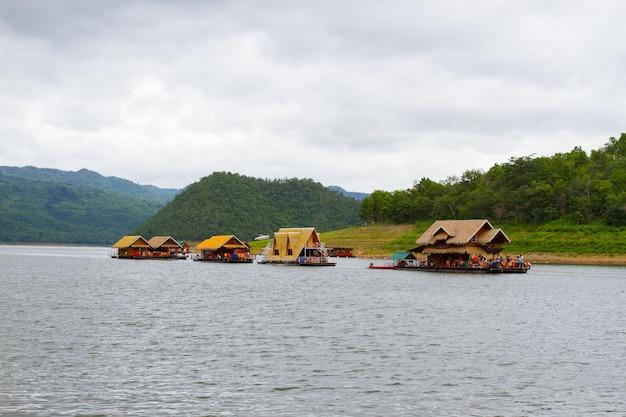 Rzeczny widok przy lasowym kurortem z tratwa domem na rzecznym kwai w kanchanaburi, tajlandia