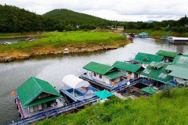 Rzeczny widok przy lasowym kurortem z tratwa domem na rzecznym kwai w kanchanaburi, tajlandia.