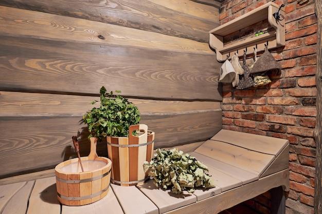 Rzeczy do łaźni parowej, zbliżenie, wnętrze drewnianej sauny rosyjskiej