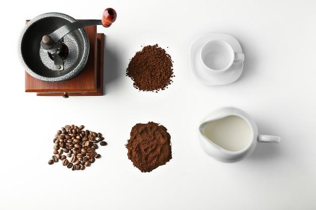 Rzeczy do przygotowania kawy, nakrycie stołu
