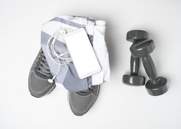 Rzeczy sportowe i makieta telefonu komórkowego.