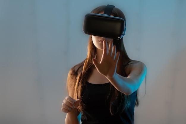 Rzeczywistość wirtualna i świat cyfrowy. dziewczyna grająca w okularach vr