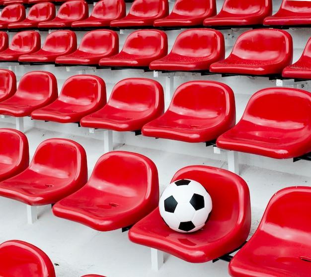 Rzędy czerwonych stadionów piłkarskich siedzeń z numerami