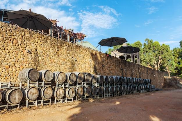Rzędy drewnianych beczkach wina w winnicy w australii