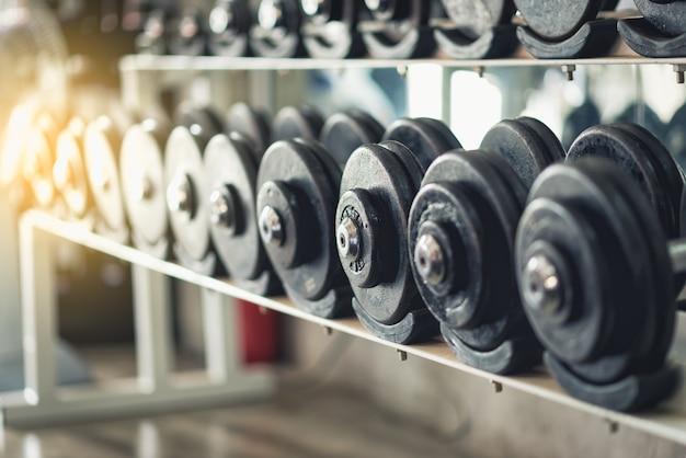 Rzędy dumbbells w gym, rocznika kolor