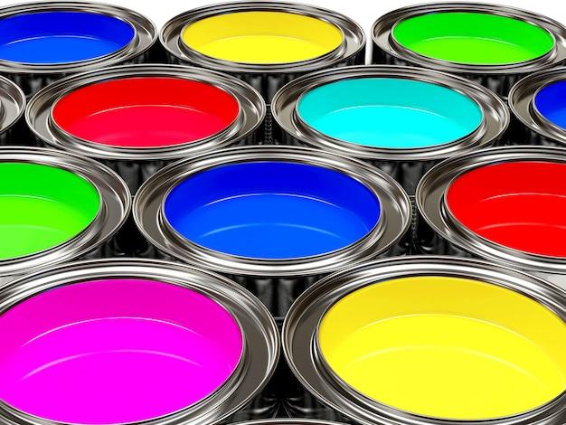 Rzędy farb w otwartych puszkach.