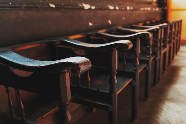 Rzędy kościelne ławki z światła słonecznego zakończeniem.