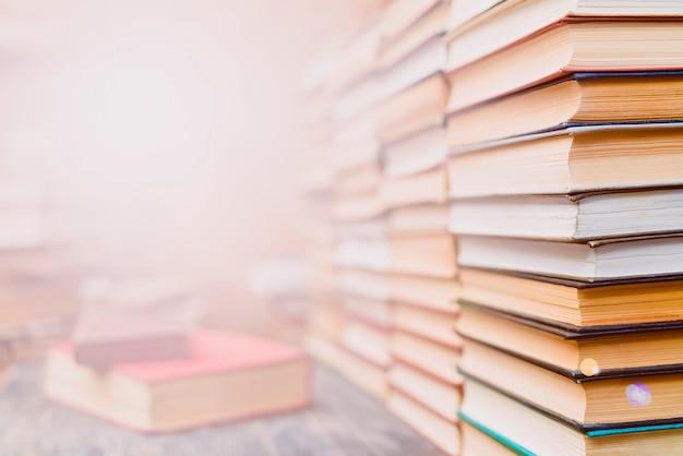 Rzędy książek w bibliotece.