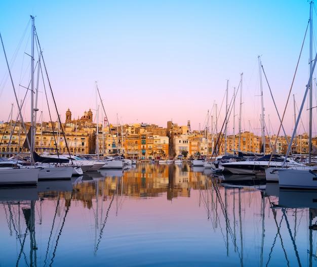 Rzędy łodzie żaglowe na senglea marina, malta