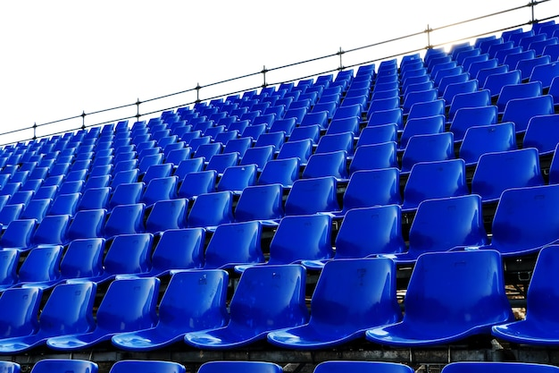 Rzędy niebieskich siedzeń tymczasowy stadion