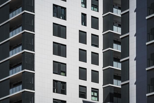 Rzędy okien i balkonów budynków mieszkalnych
