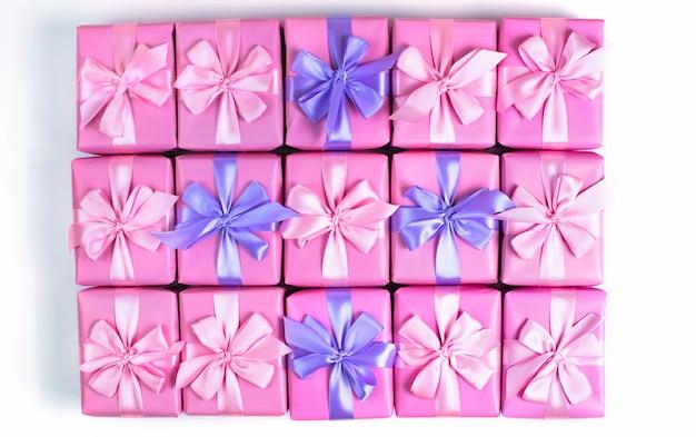Rzędy pudełek z prezentami dekoracji wstążka satynowa kokardka różowa