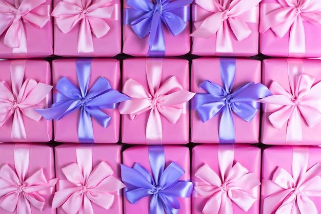 Rzędy pudełek z prezentami dekoracji wstążka satynowa kokardka różowy widok z góry z płaskim lay