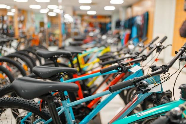 Rzędy rowerów w sklepie sportowym