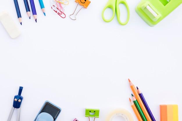 Rzędy różnych materiałów piśmiennych