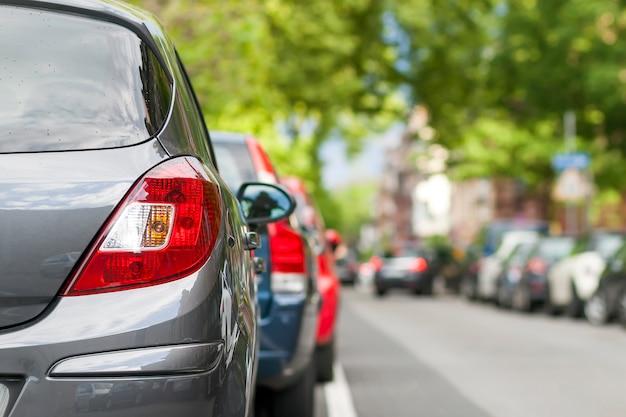 Rzędy samochodów zaparkowanych na poboczu drogi w dzielnicy mieszkalnej