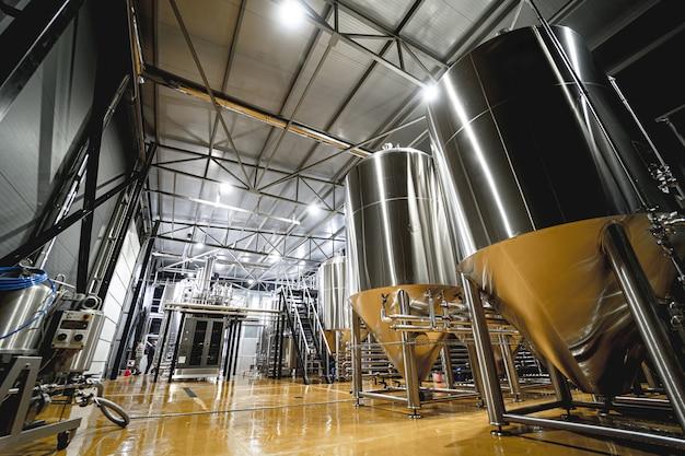 Rzędy stalowych zbiorników do fermentacji i dojrzewania piwa w browarze rzemieślniczym