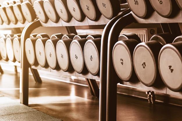 Rzędy z hantlami na siłowni