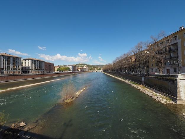 Rzeka adige w weronie