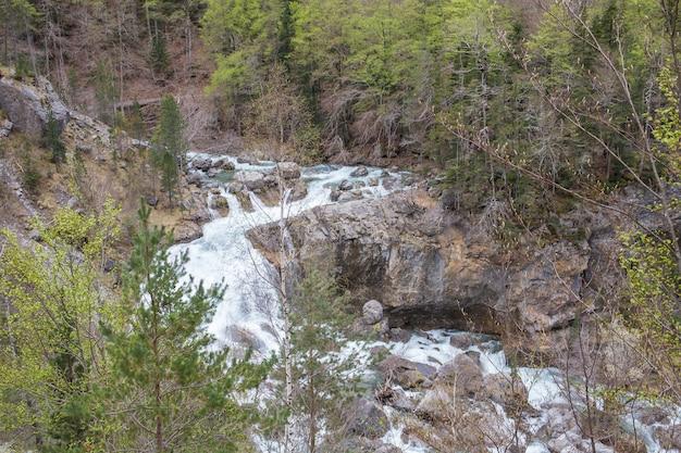 Rzeka arazas w parku narodowym ordesa y monte perdido.