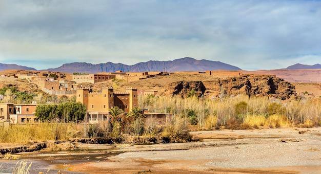 Rzeka asif m'goun tworząca dolinę róż w kalaat m'gouna - maroko