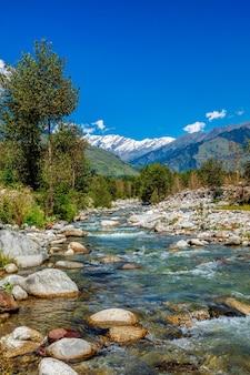 Rzeka beas w dolinie kullu himachal pradesh indie