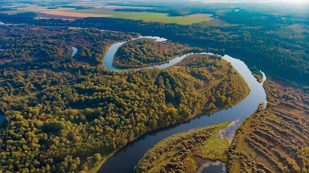 Rzeka berezyna na białorusi. strzelający quadrocopterem z wysokości 200m