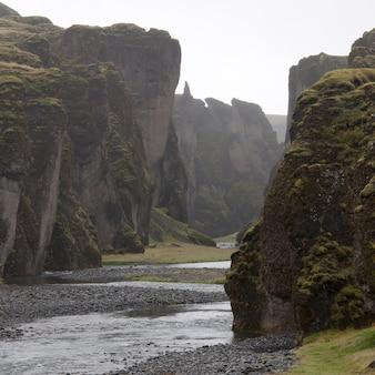 Rzeka biegnąca obok stromych urwistych klifów